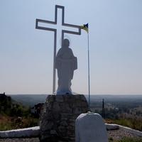 Памятник с Божьей Матерью, посвященный жертвам Голодомора
