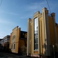 Современное здание в центре города