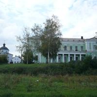 Вид на Церковь Архангела Михаила и дом
