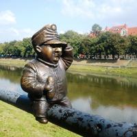 Скульптура на перилах набережной