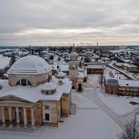 Вид на монастырь со смотровой площадки надвратной церкви