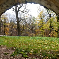 Вид на часть парка через арку в насыпи