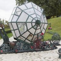 Скульптура улитки в городе
