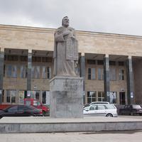 Памятник создателю армянского и грузинского алфавитов у Дома культуры
