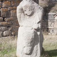 Скульптура у входа в крепость