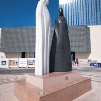 Скульптура Together (Вместе) возле Бурдж-Халифа