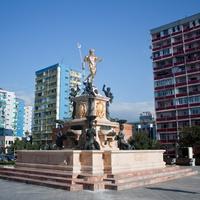 Площадь - Театральная, с фонтаном, со статуей Нептуна в центре