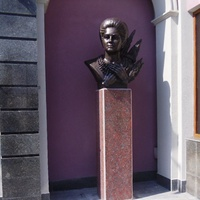Пам'ятник Раїсі Кириченко біля будівлі Черкаської обласної філармонії.
