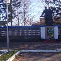 Пам'ятник односельчанам  загиблим у війні 1941-45 р .