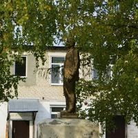 Памятник Ленину у дома культуры.