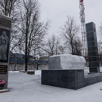 Воинский мемориал на братской могиле и памятник суворовцам, погибшим в локальных конфликтах (слева)