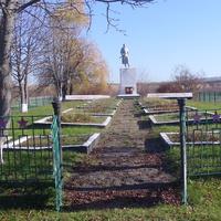 Братські могили радянських воїнів. Поховано 680 воїнів.