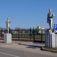 Фигуры атлетов у входа на городской стадион
