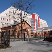 Старое здание на фоне детской поликлиники №1