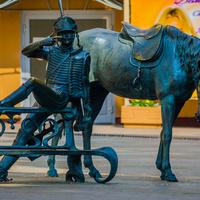 Скульптура поручику Ржевскому.