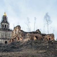 Руины и колокольня церкви Петра и Павла в селе Петропавловск (Ишлык) Советского района Кировской области