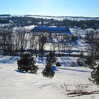 Вид на ферму и речку Тужа