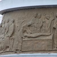 Евангельские сюжеты на постаменте памятника ангелу-хранителю.