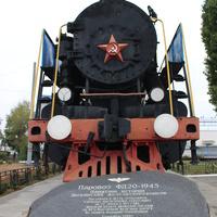 Мемориальный паровоз на Привокзальной площади.