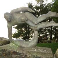 """Скульптура """"Пловец и дельфин"""""""