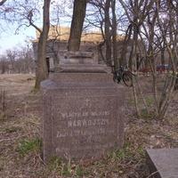 Пам'ятник біля церкви,власникові села  Владиславу Міліконт-Нарвойту 1835 -1898р.