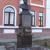 Памятник меценату Дмитрию Кромскому.