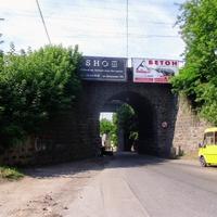 Арка під залізницею(вулиця Ельворті),побудована у 1869 році. Проїзд згори.