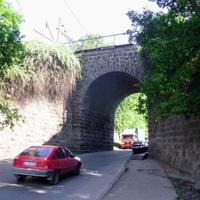 Арка під залізницею(вулиця Ельворті),побудована у 1869 році. Проїзд знизу.
