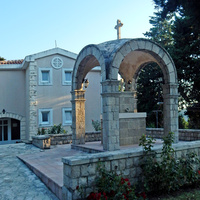 Бечичи. Киворий во дворе церкви Фомы Апостола