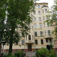 Бывший доходный дом, построен в 1913 году, архитектор В. Д. Глазов.