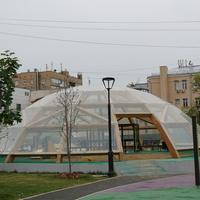 Детская площадка под стеклянным куполом в сквере на Трубной