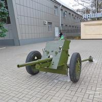 Артиллерийское орудие - памятник на площади Победы