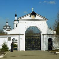 Малоярославец. Николаевский Черноостровский монастырь ( на воротах щербины от французской шрапнели)