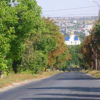 Дорога в сторону центру міста,спуск до ріки Рось.