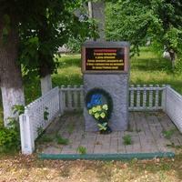 Пам'ятний знак,вулиця названа на честь бійця з Москви,який поліг визволяючи село Ревівку від фашистів,в січні 1944 року.