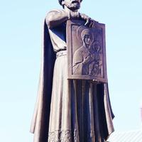 Памятник Владимиру Мономаху (2017) у стен Успенского собора.