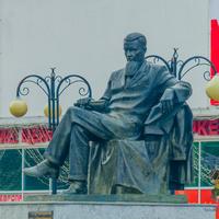 памятник Игорю Васильевичу Курчатову.