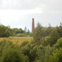 В поле вблизи деревни виднеется труба бывшего кирпичного завода Лопатинского