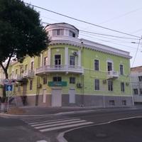 Красивий будинок на вулиці міста