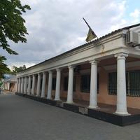Будівля з колонами на центральному проспекті.