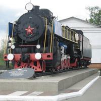 Памятник паровозу ФД 20-1945 у  вокзала