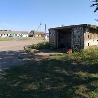 Автобусна зупинка та магазин в с. Запоріжжі.