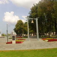 Колокол как символ православного места и память о взорванном храме, по контуру которого сделали недавно открытую Советскую площадь