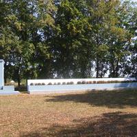 Братская могила советских воинов и памятный знак воинам-землякам. Похоронен 151 воин