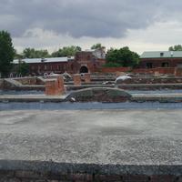 Руины казармы 333 стрелкового полка в Брестской крепости на фоне Тереспольских ворот