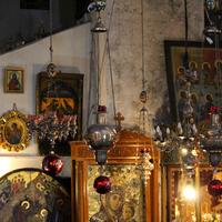 Чудотворная православная Вифлеемская икона Божией Матери (внизу в центре).