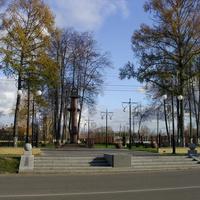 Памятник в честь основания порохового завода, заложенного в урочище Крестов Брод военными специалистами из Санкт-Петербурга по распоряжению морского министра более века назад, символизирует Ростральную колонну Санкт-Петербурга