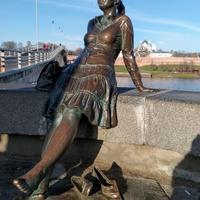 памятник девушке - туристке