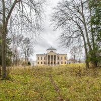 Усадьба Знаменское - Раек архитектор Львов . Основное здание, парадный вход. Вид из парка.