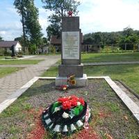 Братская могила погибших советских воинов (в сквере у Свято-Никольской церкви)